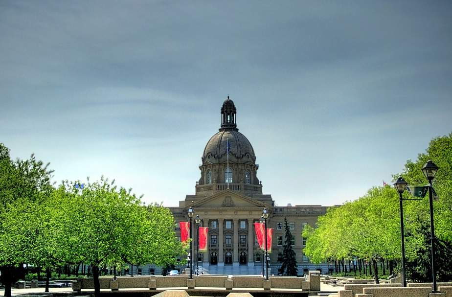 SNA > Edmonton, Canada: Flight & 6 nights: $456 – Aug-Oct